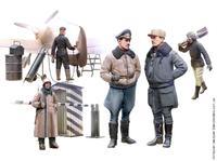 Пилоты и наземный персонал германских ВВС II МВ в зимней униформе