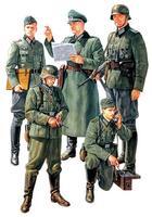 Немецкие солдаты и полевой командир