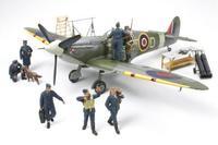 Британский cамолет Spitfire Mk.Vb с командой летчиков Королевских ВВС