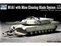 Танк M1A1 Abrams с бульдозерным тралом