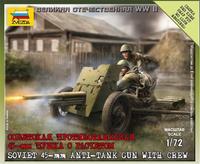 Советская противотанковая 45-мм пушка с расчётом
